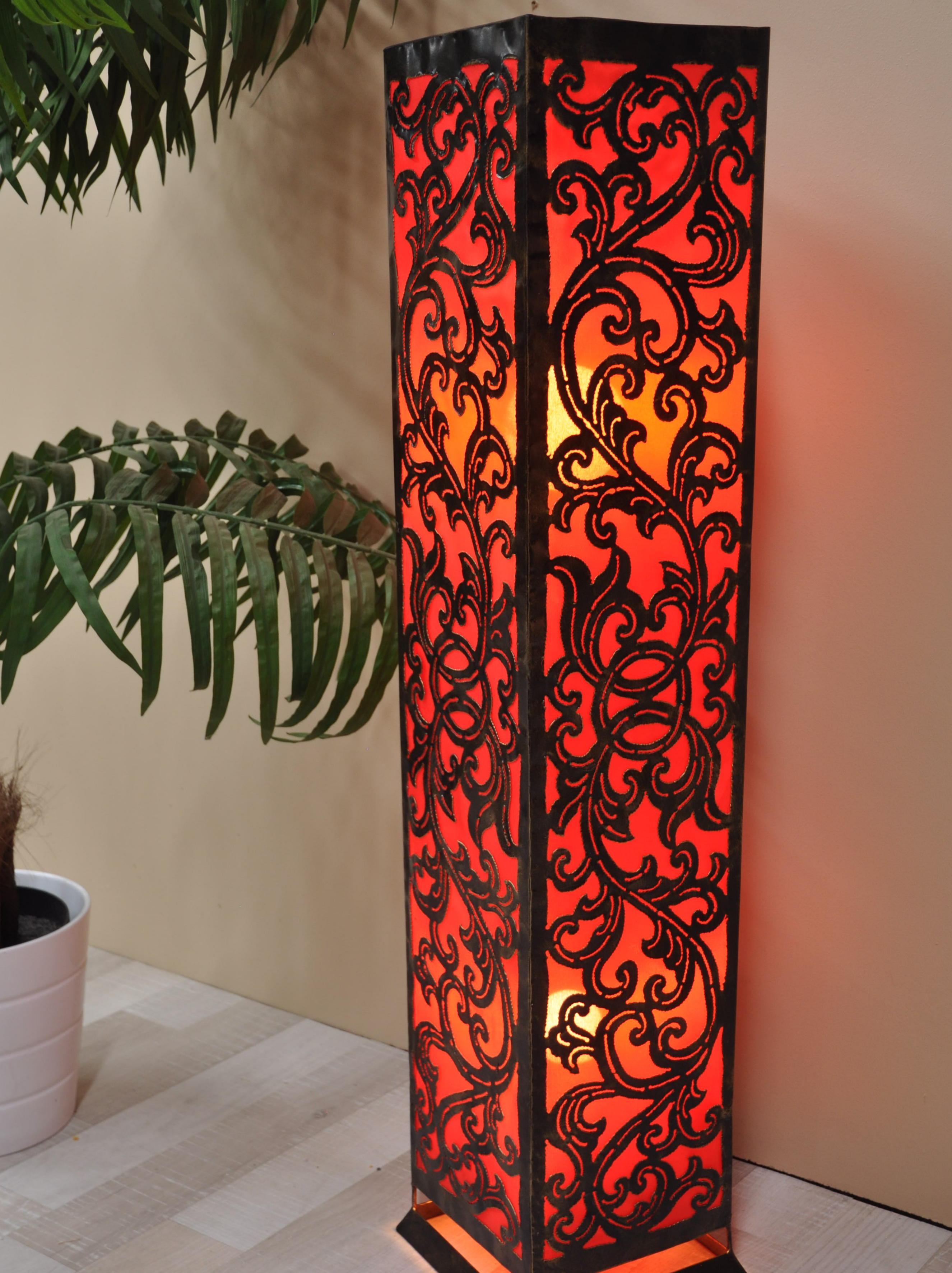 lampe de sol carr arabesque en acier rouge 1m. Black Bedroom Furniture Sets. Home Design Ideas