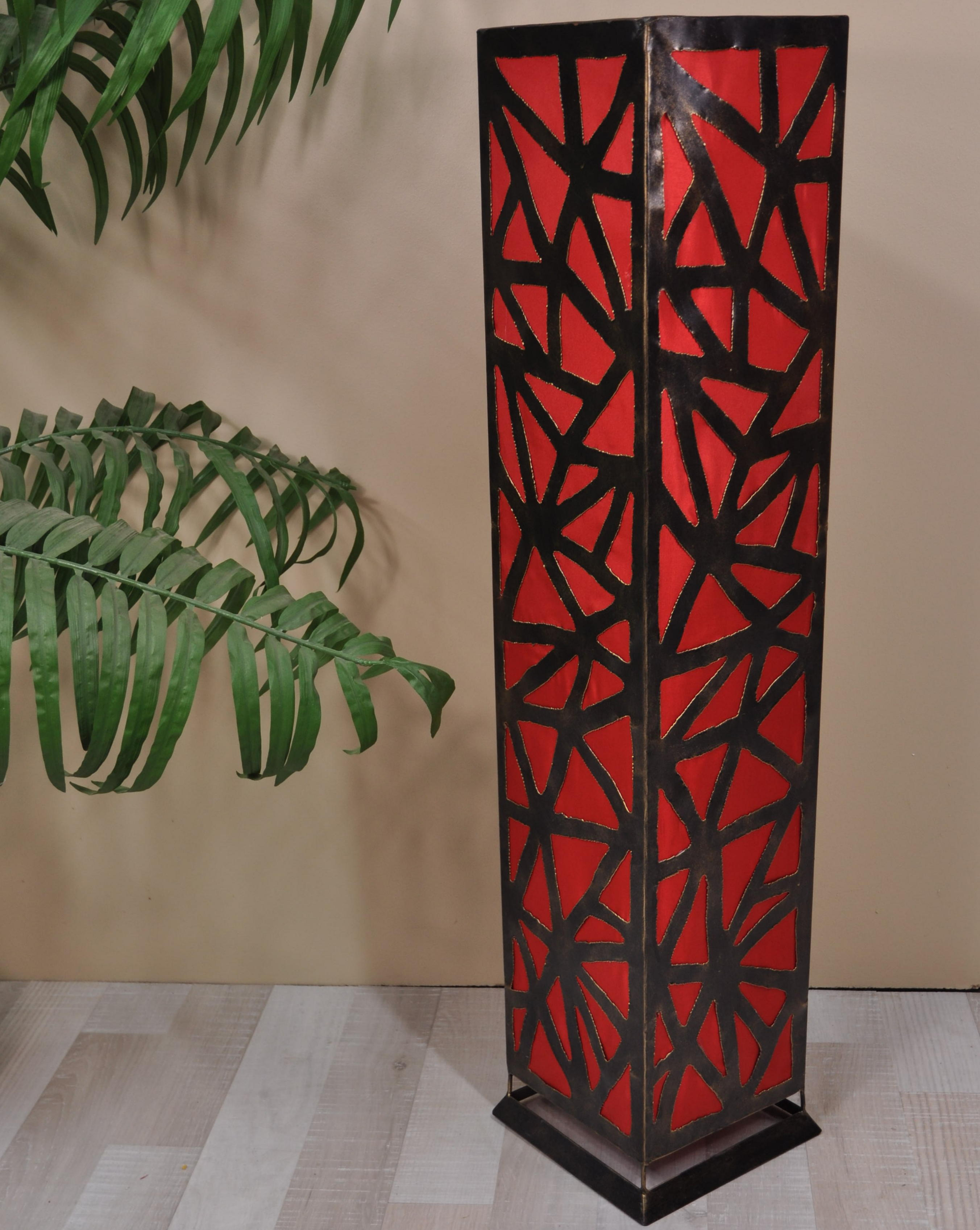 lampe de sol carr e en acier d co rouge. Black Bedroom Furniture Sets. Home Design Ideas