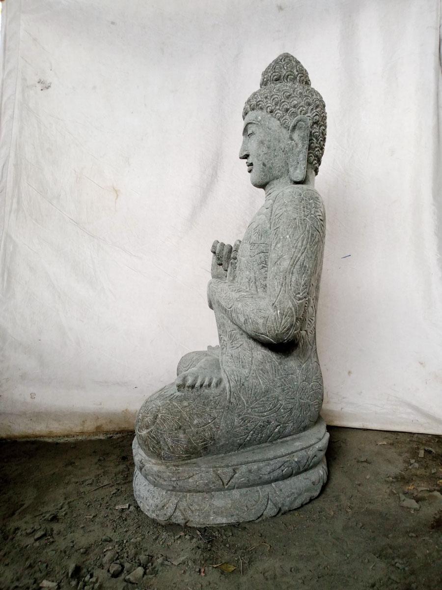 Statue de bouddha en pierre volcanique de jardin position for Statue de jardin en pierre