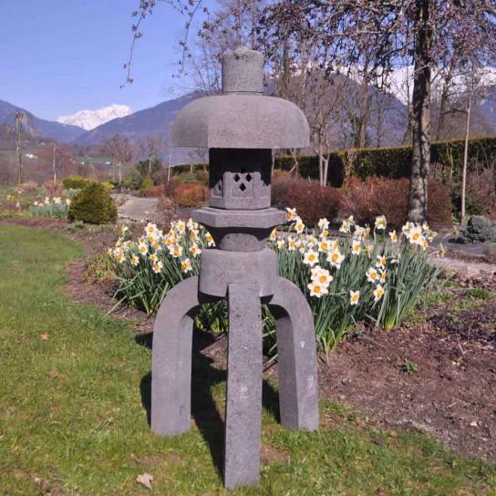 Lanterne japonaise de jardin exotique en pierre