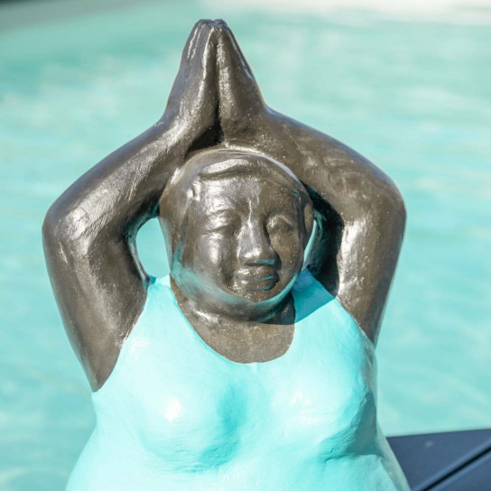 Statue moderne femme ronde position yoga turquoise