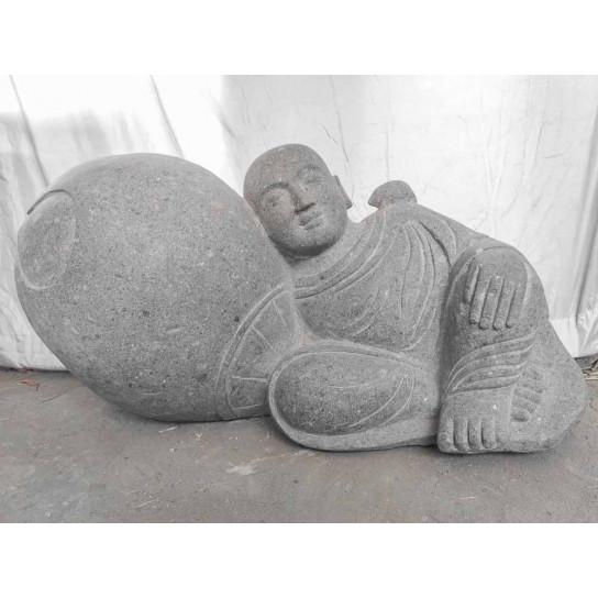 Statue moine allongé zen en pierre volcanique 50 cm