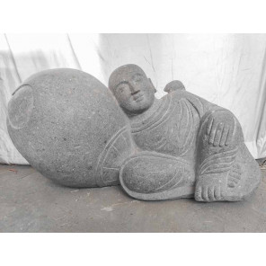 Estatua exterior jardín zen monje tumbado de piedra volcánica 100 cm