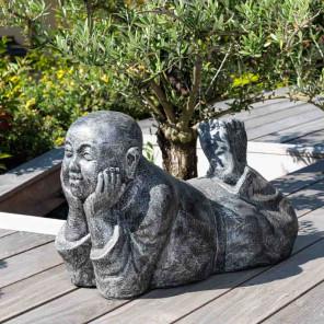 Estatua monje tumbado pátina gris