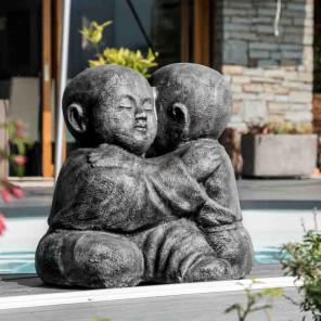 Estatua monjes shaolín abrazados con pátina gris 40 cm