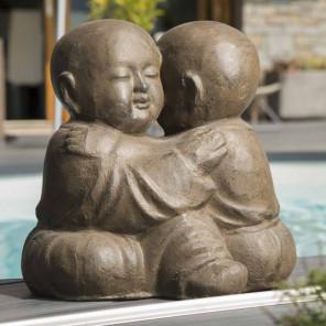 Estatua monjes shaolín abrazados con pátina marrón envejecido 40 cm