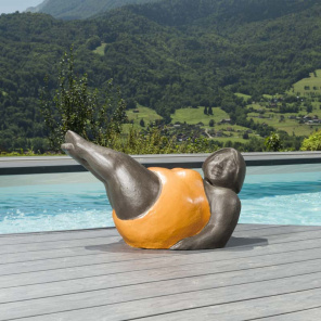 Estatua mujer contemporánea naranja