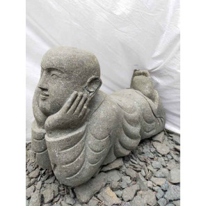 Estuatua de jardín monje tumbado de piedra volcánica natural 1m
