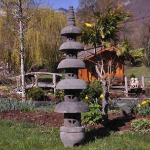 grande lanterne japonaise en pierre de lave