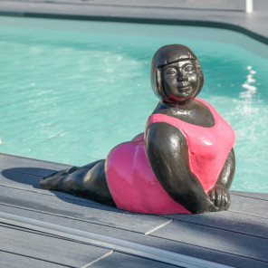 Statue contemporaine Femme ronde position yoga Fuschia