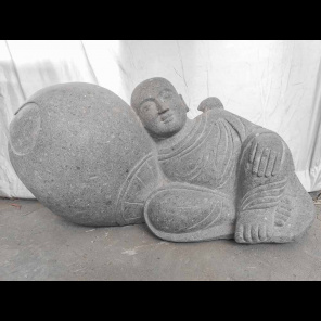 Statue moine allongé zen en pierre volcanique 100 cm