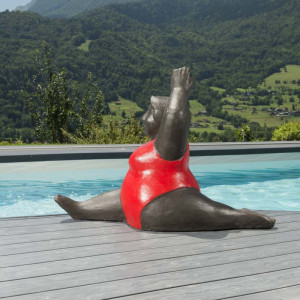 Escultura a color de mujer roja