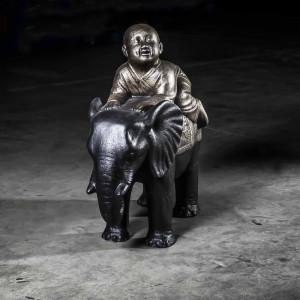 Jeune moine à dos d'éléphant 64 cm