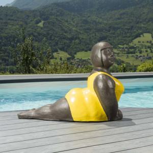 Statue femme contemporaine colorée jaune 75 cm