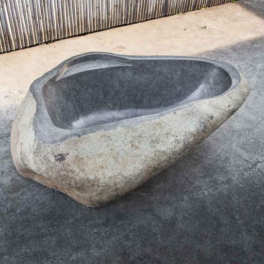 baignoire en pierre de rivière