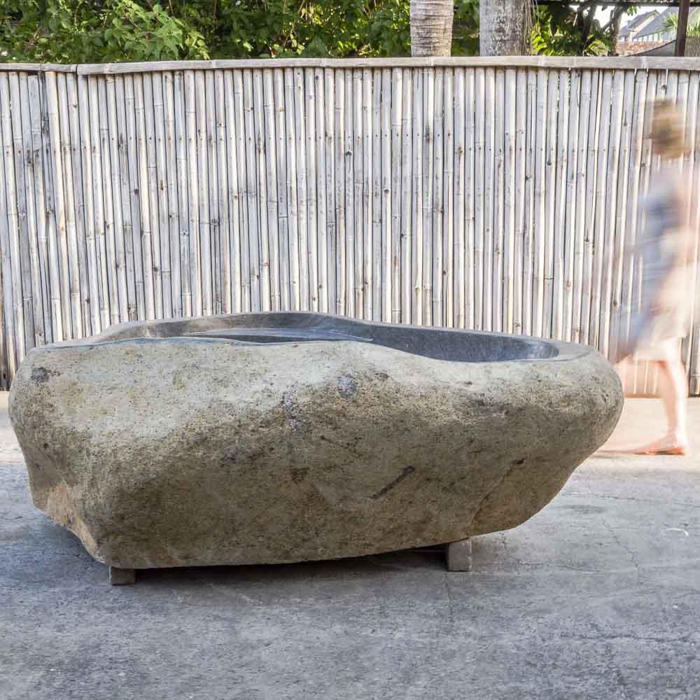baignoire en pierre naturelle de rivi re avec plage. Black Bedroom Furniture Sets. Home Design Ideas