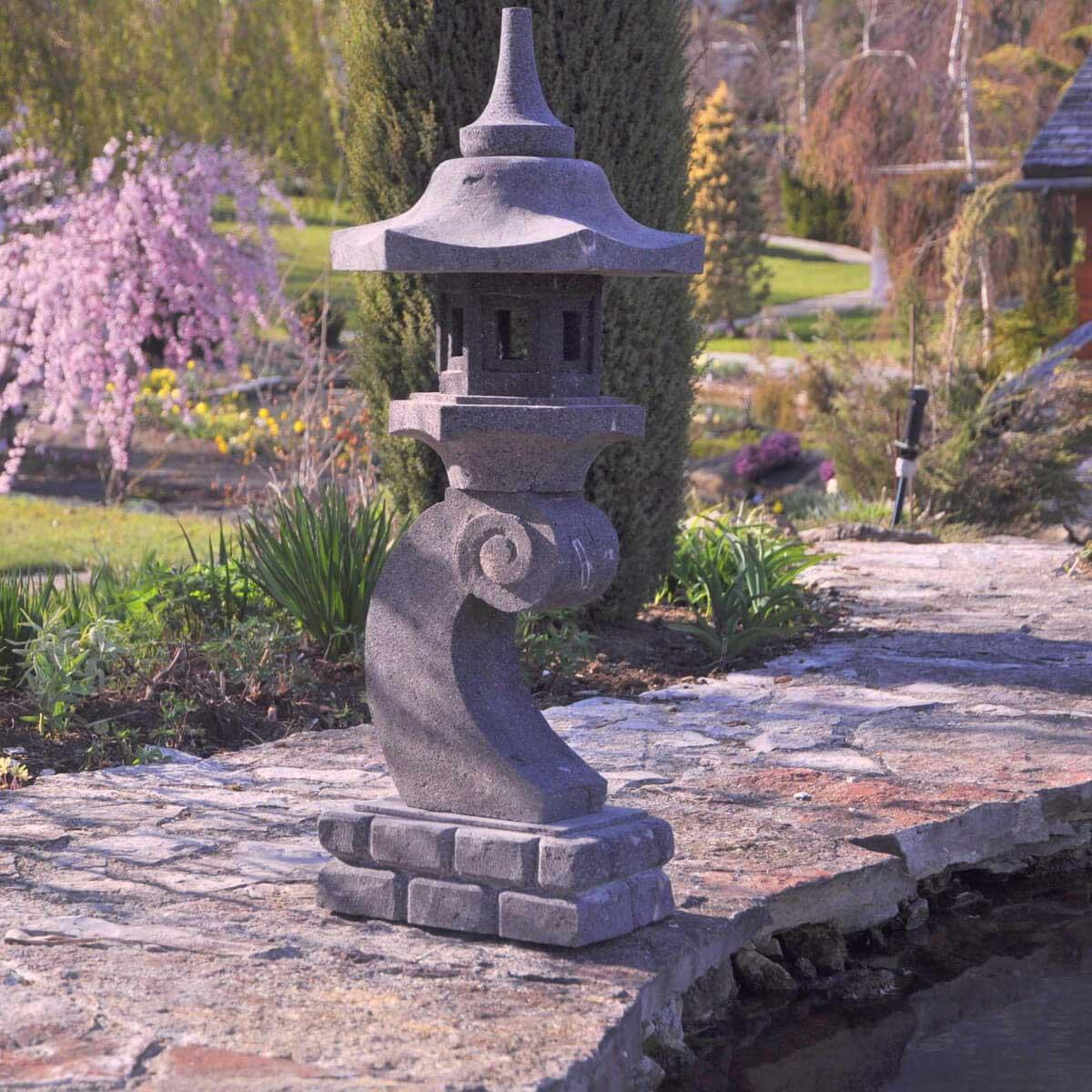 Eclairage jardin lanterne japonaise pierre de lave l for Lampe japonaise exterieur
