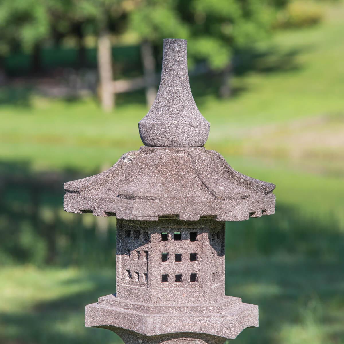 Lanterne japonaise en pierre de lave naturel h 55 cm for Lampe japonaise exterieur