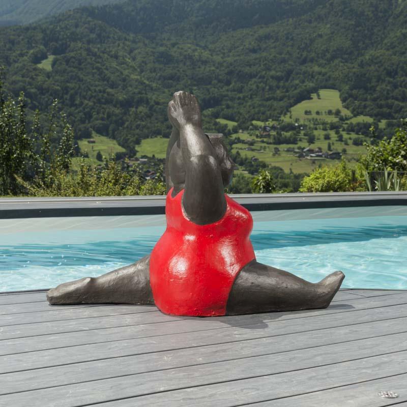 sculpture de grosse femme en rouge. Black Bedroom Furniture Sets. Home Design Ideas
